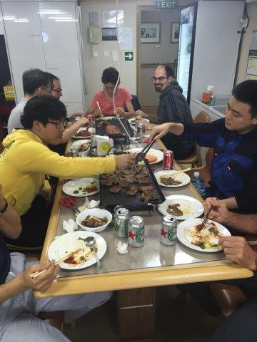 Koreansk barbecue serveres på lørdagar. Ukens kulinariske høydepunkt. (Foto: Povl Abrahamsen)