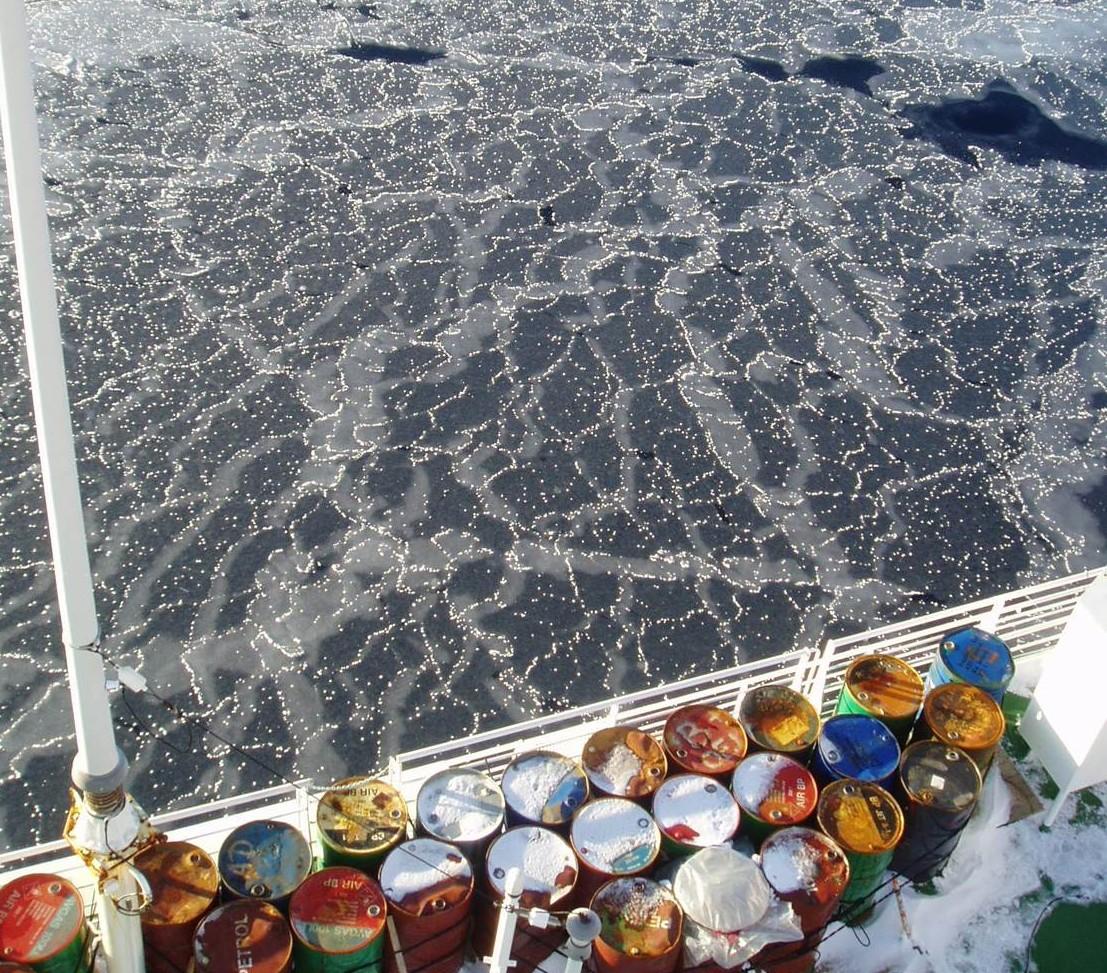 """Om det är vindstilla och lugnt när isen fryser så blir det inga """"pannkakor"""" utan så kallad """"nilas"""": tunn is som ser nästan svart ut då man ser det mörka havet under. De tunna isflaken glider lätt över och under varandra. E. Darelius"""