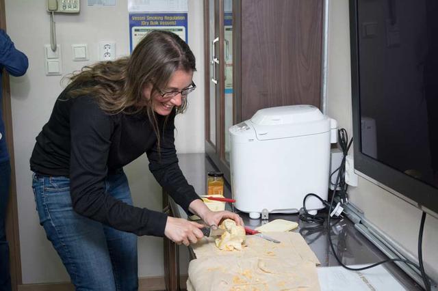 Et historiske øyeblikk! Det første brødet bakt på Araon skjæres opp. (Foto: Povl Abrahamsen)